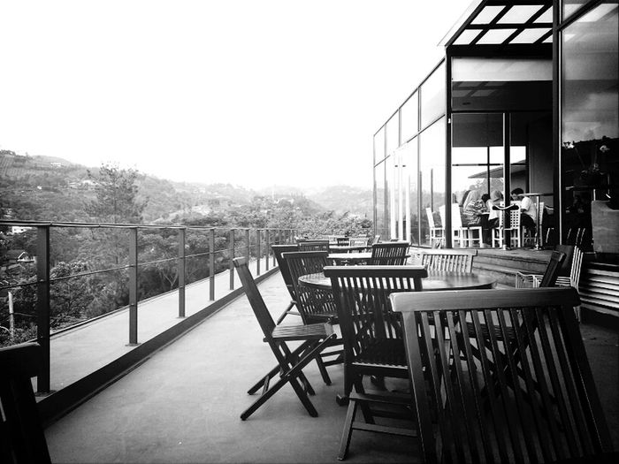 A fine dining with a great view always win! Moreover, it's located above an art gallery.