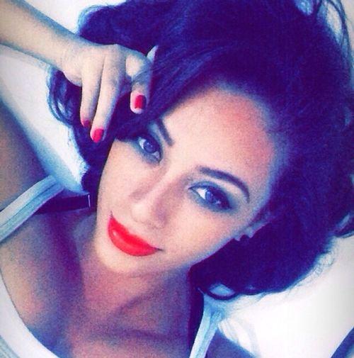 Hello World Selfie Red Lips Latina