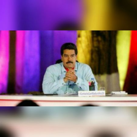 """En un discurso de odio Maduro amenaza a empresarios: """"Viene un revolcón económico, todos pueden ir presos"""" Apr 22, 2015 @ 1:00 pm Nicolás Maduro, aseguró que utilizará la Ley Habilitante que le fue aprobada este año para """"defender la Patria"""" para provocar """"un revolcón económico"""". Así lo declaró desde su programa """"Contacto con Maduro"""" número 26 en el estado Anzoátegui, publicaEl Universal """"Tengo una habilitante en mi mano y la voy a utilizar contundentemente para protegerlos para provocar el revolcón económico que hay que provocar"""", dijo el mandatario nacional para luego defender su gestión al indicar que no están de """"manos cruzadas, estamos actuando"""" y justificó diciendo que si estuviesen de brazos cruzados la población """"no tuviera comida en su hogar"""". Maduro adelantó que está trabajando junto al Estado Mayor en un """"plan especial"""" que develará el primero de mayo – Día del Trabajador – trras pedirle a la clase obrera que """"se ponga al frente del plan de la contraofensiva económica"""". """"El Estado Mayor está trabajando bajo mi rectoría de un plan especial, minucioso, porque no estamos de manos cruzadas, estamos actuando(…) no estamos de brazos cruzados (..) si no no tuvieran comida en su hogar, ni en las escuelas.Estoy puliendo el plan y con motivo del primero de mayo, voy a pedirle a la clase obrera que se ponga al frente del plan de contraofensiva económica"""", fue la declaración del mandatario. En este sentido, comentó que """"se acerca la hora en que tengamos de un gran revolcón a la burguesía y a la oligarquía al pueblo de Venezuela. Una gran revolución económica, de carácter socialista, productiva"""". La oligarquía Por otra parte, Maduro seguró que ha """"prohibido manitas agarradas y sonrisitas con la oligarquía. Estoy decidido a acabar con el abuso de la oligarquía"""", al tiempo que advirtió que """"si hay que abrir una nueva cárcel y meterlos a todos, estoy listo para meterlos a todos, ladrones. Cuántas veces vamos a hablar. Lo único que quieren es dólares para robárselos"""". Asi"""