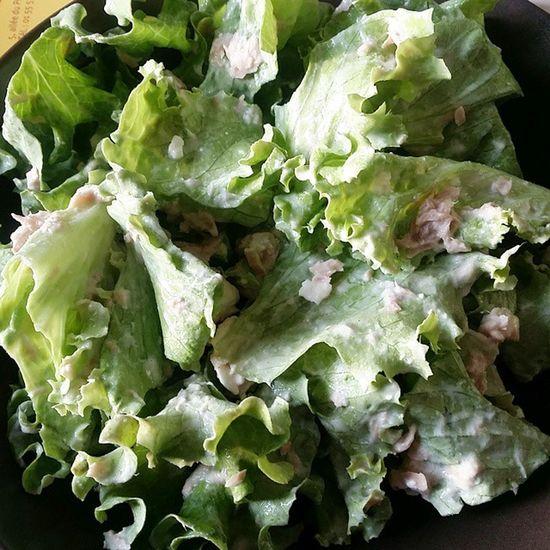 Pour vous prouver ma bonne foi ! Hehe salade verte, thon, feta ! Et assaisonnement crème fraîche, moutarde et vinaigre ^^