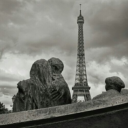 Un amour de pierreLove Without Boundaries Sculpture La Tour Effel Streetphotography Streetphoto_bw Black & White Monuments Historical Monuments Blackandwhite Seeing The Sights
