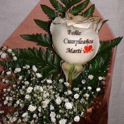 Un regalo de cumpleaños muy original.....una rosa con petalos dorados y mensaje tatuado en el petalo. Www.graficflower.com RegaloDeCumpleaños Regalodeaniversario Regalooriginal Rosas Floresadomicilio