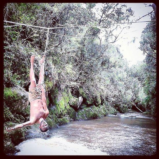 Só relembrando um dos melhores rolê de slack que já tive o prazer de fazer, abertir de via, e primeira vez q subi essa fita, pra mim simplesmente alucinante (agora quero cada vez mais alta!!) . . . . . . . Slacklife Slackline Slackvida Equilibrionavida Canaloff Slacker Vcnooff Cachu Tocosdomoji Minasgerais Turismomg Trilhas Nature Brasil