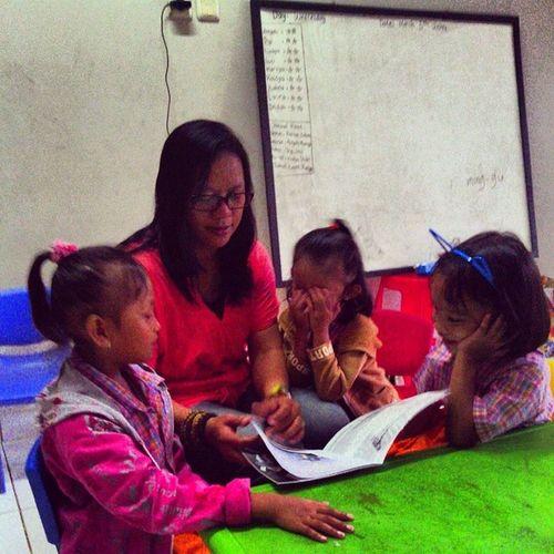 Lagi sesi baca buku cerita Penemuanrumah sama anak-anak RumahBacaAsmaNadiaCiledug :)