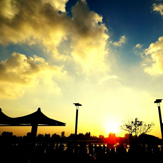 落日餘暉,夕陽無限好。 Sunset Taking Photos Tourists 大稻埕碼頭 View Traveling Sightseeing EyeEm Best Shots Popular Photos Good Shot