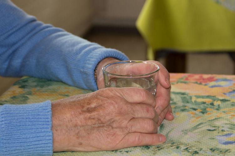 Wasser trinken Fluid Balance Focus On Foreground Food And Drink Gesundheit Hands Health Healthyliving Table Trinken Wasser Water