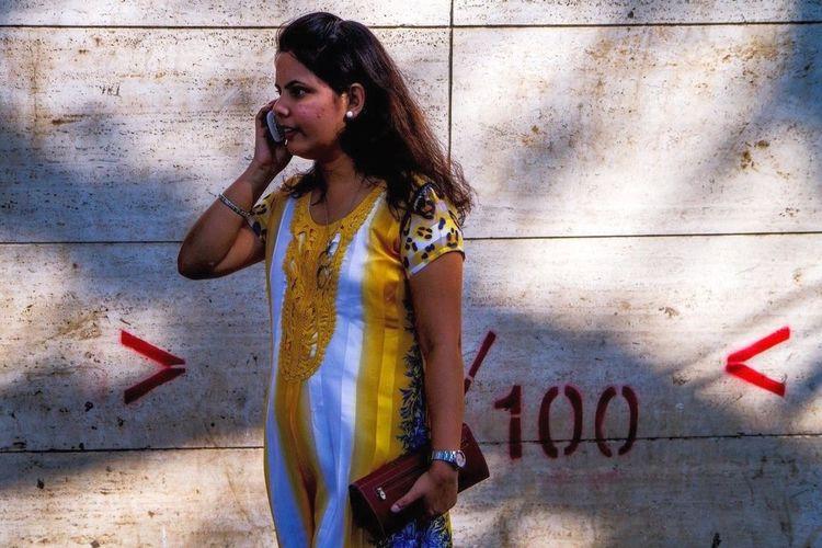 Art fair in Mumbai, Maharashtra, India. India Reportage Portrait Color Portrait Street Photography Streetphotography Artpeopleatopening Mumbai MumbaiDiaries