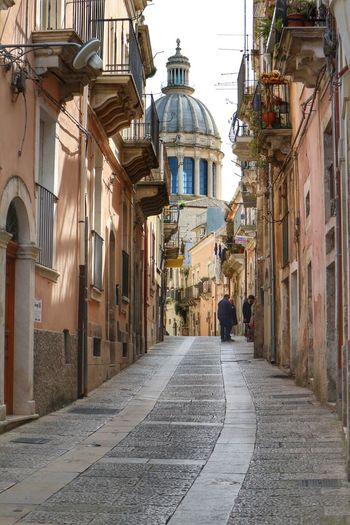 Camminando verso il Duomo di S. Giorgio.....Ibla Ragusa Ibla, Sicily Ragusa - Scorcio Italiano BaroccoSiciliano Barocco Architecture Sicilia Cupola City History Street Architecture Travel Old Town
