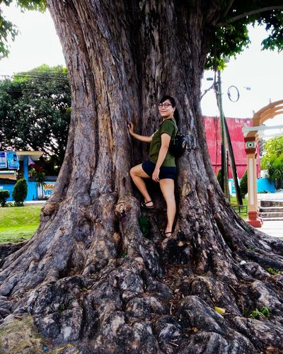 I am not just a traveler but a nature lover. I love visiting places that have attractive creatures of God. 💖 The Traveler - 2018 EyeEm Awards Tree Rope Swing Young Women Full Length Smiling Tree Trunk Happiness Women Portrait Sitting Posing