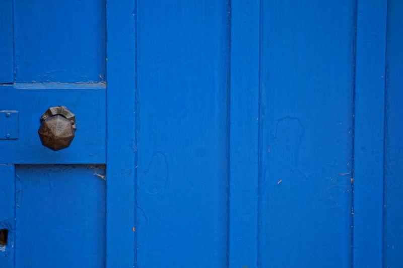 dominant blue Eyemphotography Sonyphotography Outdoors SonyA5000 EyeEm Best Shots Visual Creativity EyeEm Gallery EyeEm Selects Backgrounds Blue Latch Hinge Wood - Material Textured  Pattern Lock Paint Protection Doorknob Peeling Off Deterioration Weathered Run-down Rusty