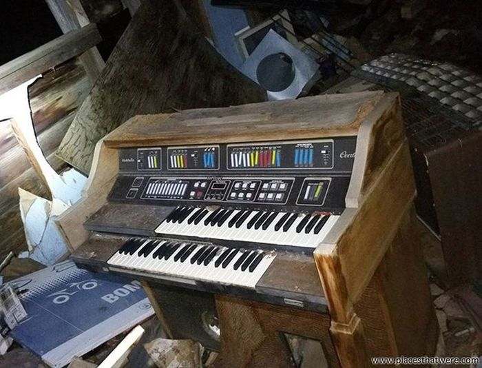 Abandoned organ in a crumbling house Utah Abandoned Urbanexploration Urbex Abandonedplaces Cisco Picoftheday Abandonedutah Abandonedamerica Ciscoutah Antique Ghosttown Photography Amazingplaces FUSE Fuses Ghosttowns Abandonedbuildings Abandonedbuilding Utahghosttown