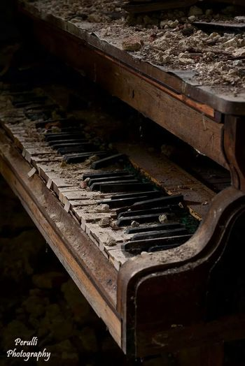 Lostplaces Piano Notes From The Underground Beauty Of Decay Manolo Perulli Fotografie Change Your Perspective The EyeEm Facebook Cover Challenge The World Is Mine Old Piano Perspective