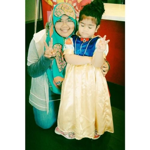 Gamble habes terjah McD and ask diz cute little snow white wannabe and for a photo with her ^_^ *She is so friendly and this is a pose of arrogant snow white ;p Snow White Princess Kids lovely LightOfCure