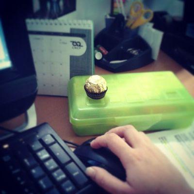 Trabaje y trabaje! Y disfrutando un rico chocolate Ferrerorocher ComoNosQuieren no se pueden quejar CNCPenses :)