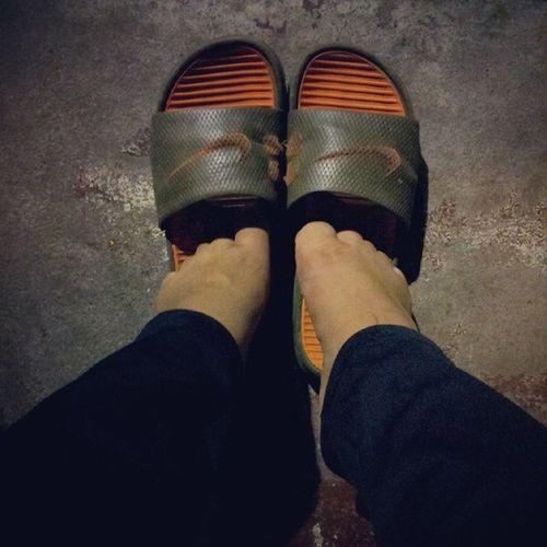 這拖鞋讓我腳很尷尬。 臭腳