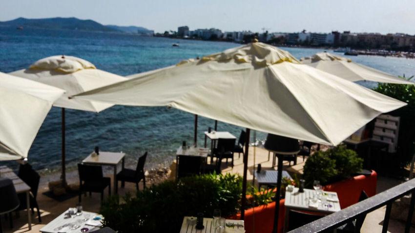 Isla De Ibiza Summer Balearen Ibiza Jacht Bucht Meer Blue Ocean Blue Sky Insel Summerday Sunshine Schiff Ibiza Stadt Küste Ibizatown Sonnenschirme Sonnenterrasse Terrasse Restaurant