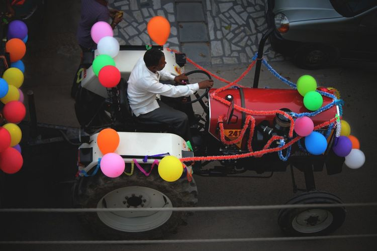Flying High Multi Colored Eye4photography  People Photography Eye4photography  EyeEm Best Shots India People On The Street Street Scenes Cheerful Street Photography India Around Me Balloons Decorated Tractorporn Tractor Makeshift Break The Mold The Street Photographer - 2017 EyeEm Awards