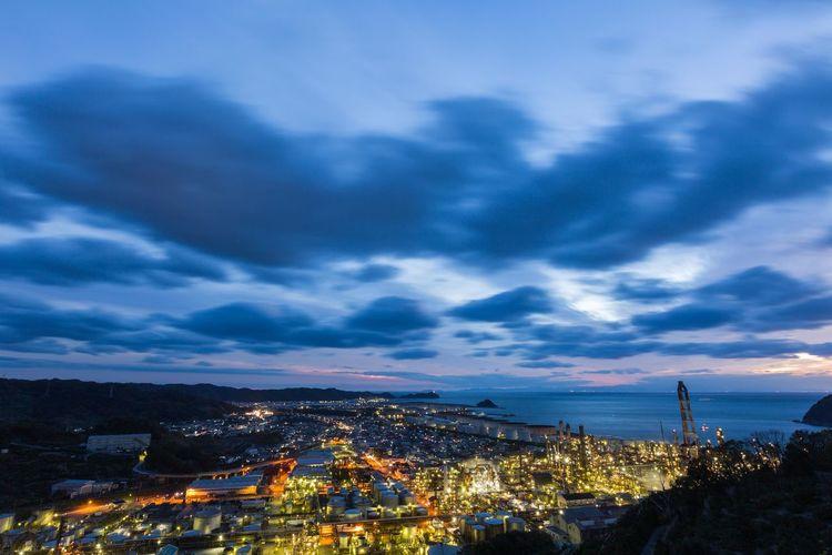JXTGエネルギー和歌山製油所のマジックアワー Magic Hour Magic Moments Oil Industry Oil Oil Paint Factory Wakayama Tree Mountain Beauty Illuminated Sunset High Angle View Sky Landscape Cloud - Sky