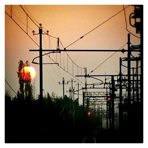 Stazione FS Alba Station Train Mattina Presto Sole Che Sorge Tralicci Elettrici Treno In Arrivo Bella Veduta