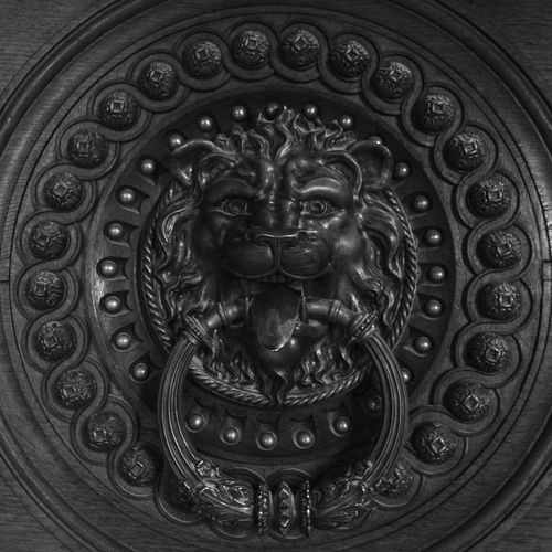 Knock Knock, who's there Castle Circle Lion Portugal Sintra (Portugal) Black And White Blackandwhite Carving - Craft Product Design Door Doorknocker Metal Old Buildings Ornate Pattern Rough Sculpture