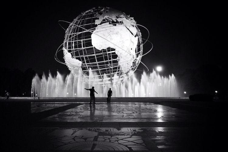 Blackandwhite Fountain Unisphere Skaters