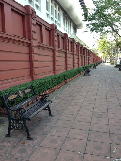 A very long wall near Dusit Check This Out Tadaa Community Wall Bench Cityscapes Vanishing Point Traveling
