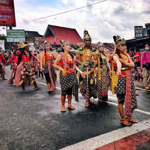 Indonesian Dancers Streets Of Yogyakarta Indonesian Carnival Carnival Indonesian Festivities