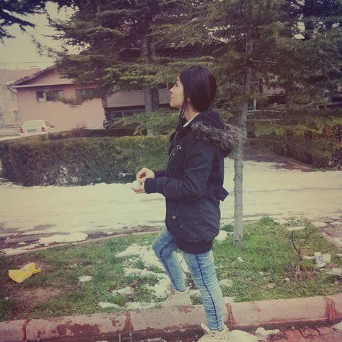 Ağaçlarla dertleşiyorum bu hiç normal değil. Şizofrenim sanırım. 😮😮😮😮