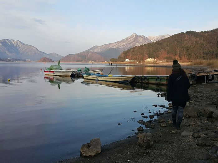 Move forward Rearview Oneperson Real People Scenics - Nature Women Outdoors Onewomanonly Day Adult Fresh Rural Scenes Walkingtrack Skyandclouds  Lakeview Japan Kawaguchiko Lake Mountain Horizon Arch Down Dramatic Reflection Water Mountain City Lake Sky Landscape Mountain Range Travel