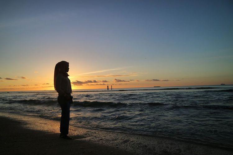 Lendscape Lendscapephotography Moments Holiday Beautiful Romantic Senja  The Photojournalist - 2018 EyeEm Awards EyeEm Selects Water Full Length Sea Sunset Beach Beauty Sand Portrait Standing Summer EyeEmNewHere
