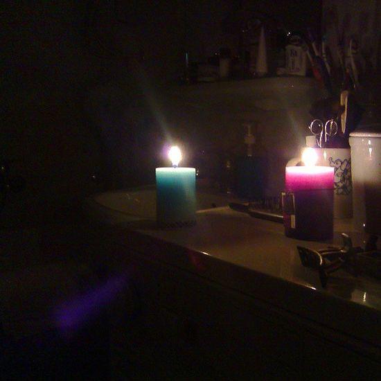 Onokad ti nestane struje pa se kupaš uz svetlost sveća