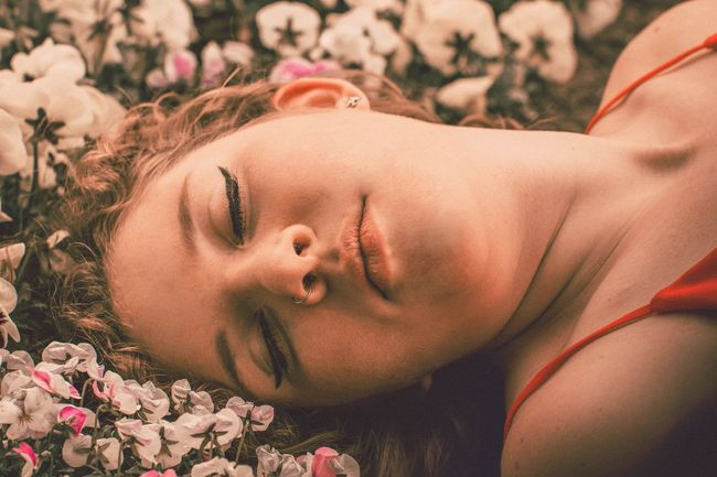 Flower One Person Real People Lying Down Lifestyles Close-up Outdoors Beauty In Nature Photooftheday Girls Summer Photoart Photoshoot Photo Of The Day The Portraitist - 2017 EyeEm Awards Photographer Outdoor Photography Photoshop Plant Portrait Beauty Photo Springtime Field