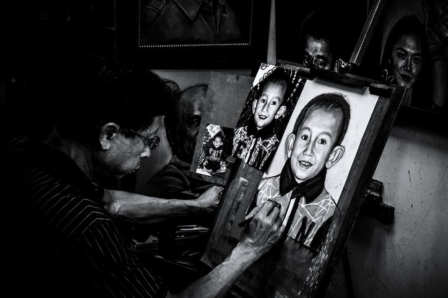 Portraits artist drawing a portraits of a child Malaysia Malaysian Art And Craft Art, Drawing, Creativity Artistic Photo Real Photography Black & White Men Human Hand Domestic Life Couple - Relationship Young Women Love Home Interior Visual Creativity Adventures In The City