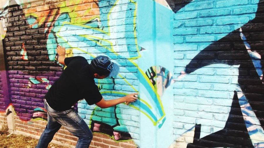 Cuando la tiranía es rey, la rebelión es orden. Street Art Graffiti Men Real People Murales Arte Urbano  Cholos Calle