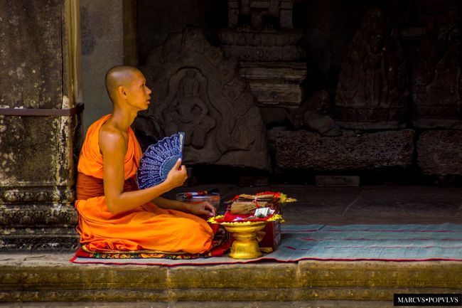 Título: Dharma. Autor: Marcus Populus Lugar: Angkor Wat Cámara: SLT-A65V Apertura: f/6.3 Tiempo de exposición: 1/320s ISO: 640 Distancia focal: 200mm Gold Colored Human Representation One Person Religion Spirituality