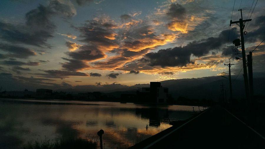 此刻能暫停該有多好。Enjoying Life Yilan, Taiwan Relaxing Taiwan Sunset 走向彼端