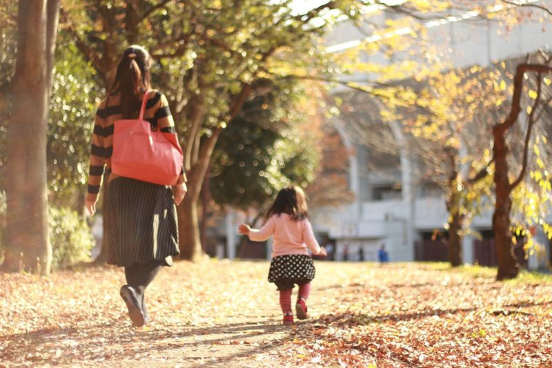 Two People Mother Child Females Full Length Togetherness Mid Adult Girls Walking と Tree Red Outdoors Bonding People Adult Family Leisure Activity Day Women と