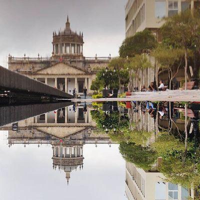 Hay señas de que vivo en alguna parte de la ciudad, en alguna calle con nombre de héroe de balada. Pero no moro en la cuidad, me maldecirían el río y el árbol. Mi modo de ser desmiente el rumor. Se diría que tengo mi vivienda en una aldea con un alero de paja y nombre de antiguo cuento. Pero no hábito en la aldea, tampoco en un cuarto. Vivo dentro de un canto de pájaro. LucianBlaga Streetphotography_mexico Mexico_maravilloso Igersguadalajara streetphotographers streetphotography loves_jalisco kodakmomentsmx streetlife_award shotsofpeople beginnersmx hallazgosemanal mextagram natgeomx loves_mexico ig_mexico_ mexigers covrphoto cbviews gdl