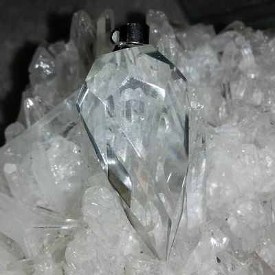 白晶多面切割靈擺 白晶俗稱水晶之王,功能最多也最廣。白水晶包含紅橙黃綠藍靛紫七種光的能量,是最平衡圓滿而豐富的能量水晶。白水晶可以使個人頭腦清晰,精神清爽,提高靈性,激發潛能。白水晶的能量可以幫助我們組織所有概念及創作進而實現。並平衡體內能量,強增學習力、記憶力。可鎮宅避邪,護身,聚福氣,改風水,淨化全身,去除病氣,可擋災趨吉開運。 白晶 靈擺 水晶 天然水晶 hk hkig hkiggirl hkgirl onlineshop hkonlineshop girls igbuy igbuyer hkonlineshopping hkigshop 852 852shop 手飾 飾物 現貨 hkseller 戀愛 愛情 星座 手鏈 吊咀