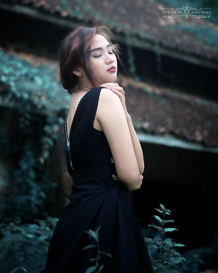 Dress People One Person Adult Only Women Fashion Evening Gown Teenager Performing Arts Event Elégance Performance Standing One Woman Only Formalwear Young Adult Beauty Adults Only Red Lipstick Portrait Fashion Model