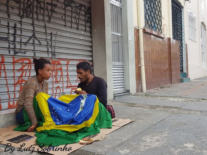 """Brasil acima de tudo"" 😢😔 Poverty Poverty Lives. Inequality Social Injustice Social Inequality Smiling Men Full Length Happiness Sari Sitting Cultures Togetherness"