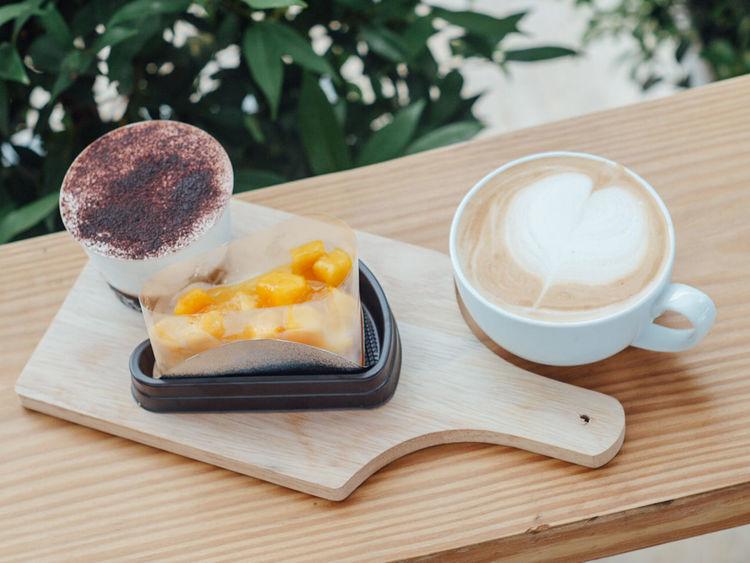 Coffee And Sweets Cappucino Banoffee Mango Cake