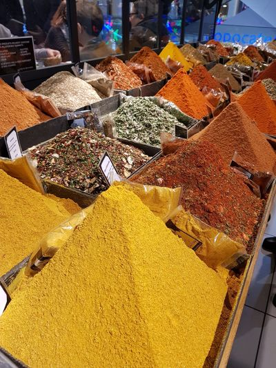 Étalage d'épices dans un grand magasin Parisien. Colors Of Life Food Price Tag Market Consumerism Retail  Variation Heap Choice For Sale Market Stall Spice