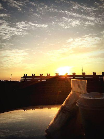 朝飯食べに海までドライブ。眺めがいいとコンビニのサンドイッチも美味いw