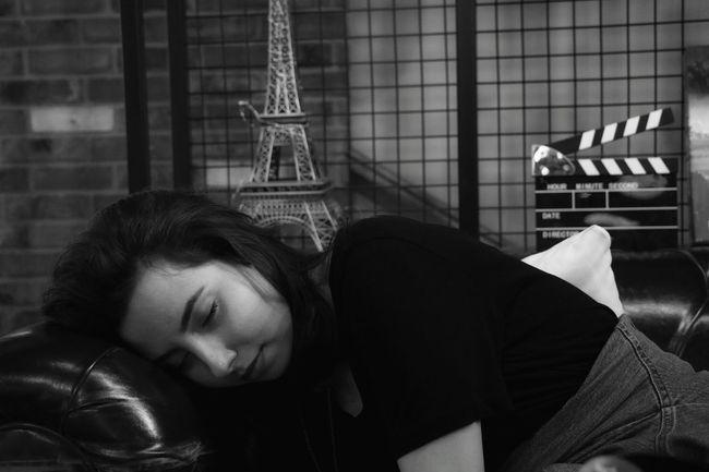 Portrait Portrait Of A Woman Sleeping B&w S&B Black And White Black & White Siyah Beyaz Siyah Ve Beyaz City Young Women Women Relaxation Sleeping Window Eyes Closed  Close-up Tired