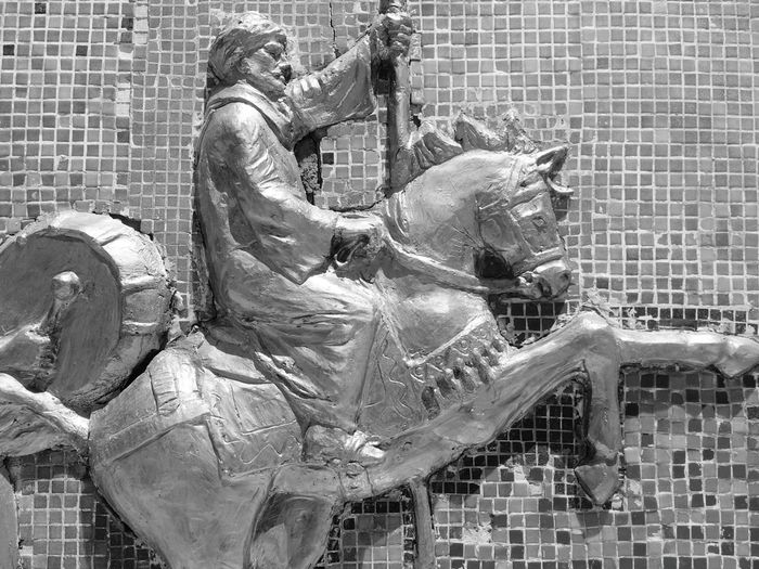 Arab Knight ArabianThis mural depicts the story of the struggle of the Qena Egyptians against the occupation of france Qena - Safaga Road Egypt Egyptian Beautiful Carving - Craft Product Blackandwhite Egyption Art Art Qena Kena Close-up Egyptionstreets Egyption Carvin Egyption Style Wall Horse Horse Riding Horse Jumping The Week On EyeEm EyeEmNewHere جدارية كفاح اهل قنا ضد الفرنسيين