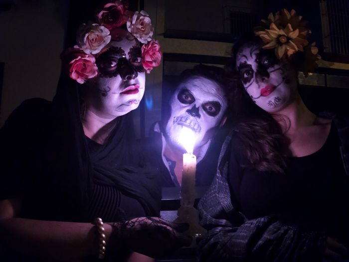 Catrines Día de muertos DIA DE MUERTOS Catrina Catrina Day Of The Dead Make-up Indoors  Adult Leisure Activity Celebration Spooky Women Young Women Young Adult Costume Halloween Lifestyles Real People People Mask - Disguise Arts Culture And Entertainment Purple Females House Men