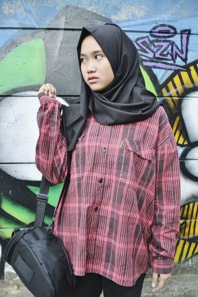 Streetphotography Hijabstyle  Hijabbeauty Westjava Relaxing Exploreindonesia Ciamis Red Graffiti Art Graffiti Nikon Nikonphotography Nikonphotographer Nikonindonesia Iamindonesia Beauty