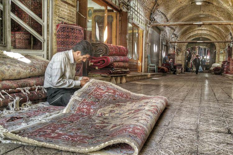 Tourist Mobail Photo Travel Mobartphotography Man Bazaar Street Photography Zanjan Iran Carpet Iranian Carpet LG G4