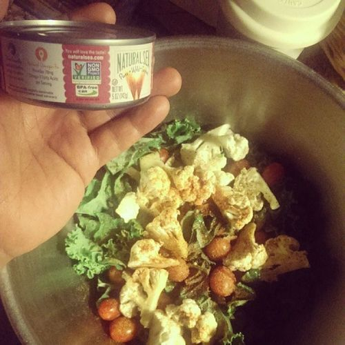 Dolphinsafe Bpafree Nongmoproject Naturalsea chunklight tongoltuna over my kale salad with ladymoonfarms grape tomatoes and cauliflower